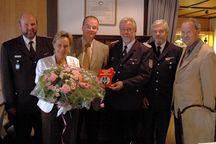 v.l.n.r. GWF Jürgen Timm, Claus Meyer mit Gemahlin, KBM Bernd Affeldt, stv. Kreiswehrführer Heinz-Joachim Glißmann, und Bürgermeister Joachim Diercks.