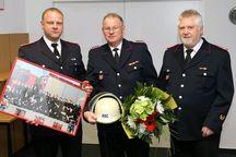 Rainer Lange (M.) erhält seine Abschiedsgeschenke von Oliver Wittenburg (l.) und Wilfried Schultz.